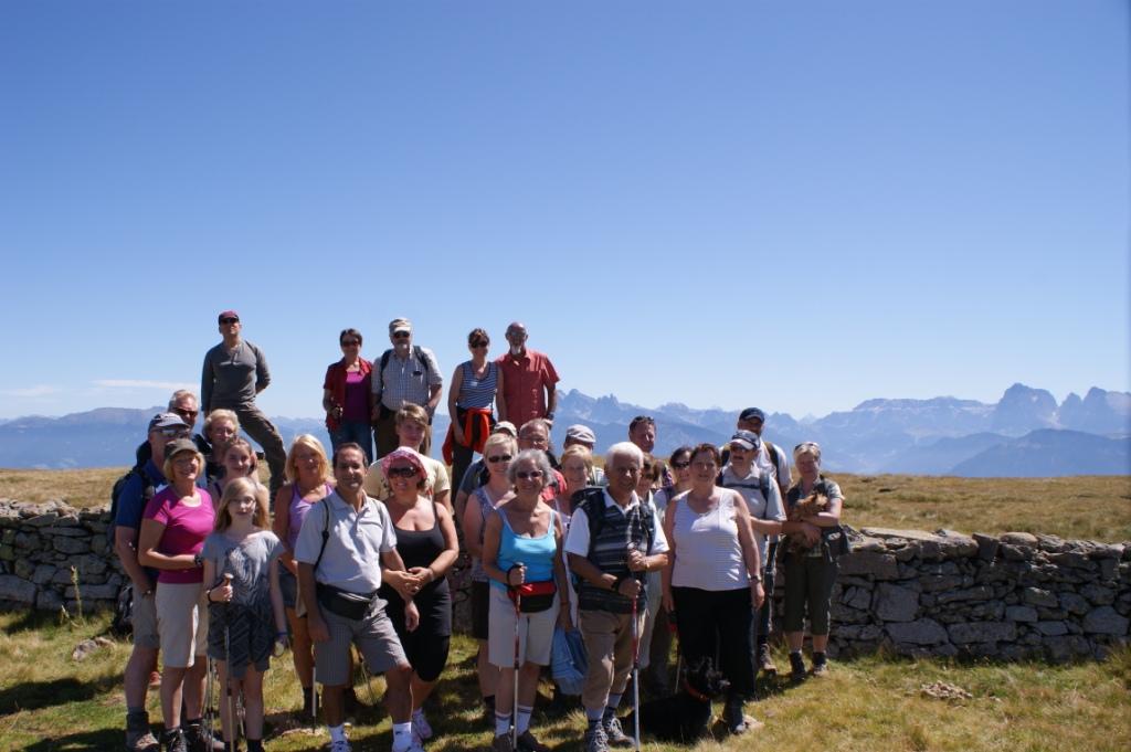 Hauswanderung bei wolkenlosen Himmel vom Schwarzsee zur Villanderer Alm